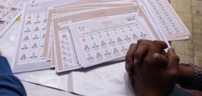 Las papeletas oficiales fueron presentadas por el CNE en Quito. Foto: API