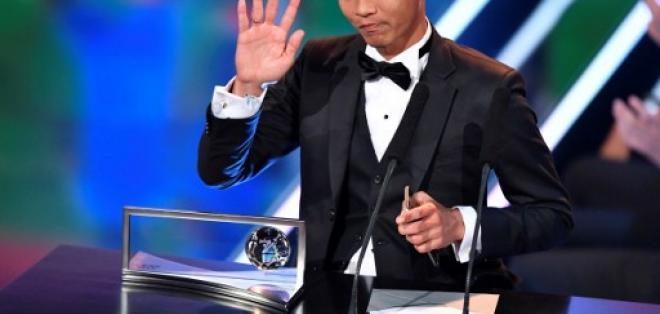 El jugador oriundo de Malasia recibió el premio de manos de Ronaldo. Foto: AFP