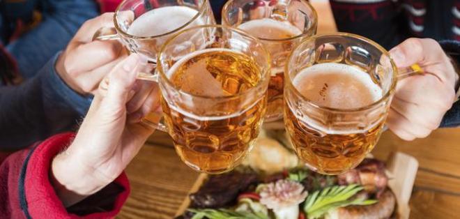 INTERNACIONAL.- Beber alcohol se asocia al consumo excesivo de comida, pero las causas no están claras. Foto: Internet
