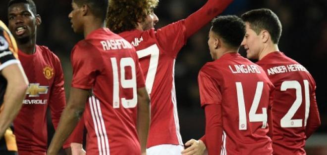 Maroune Fellaini (c.) fue el autor del segundo gol de los 'diablos rojos'. Foto: AFP