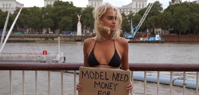 La modelo noruega le pidió a la gente en las calles de Londres que la ayude con dinero.