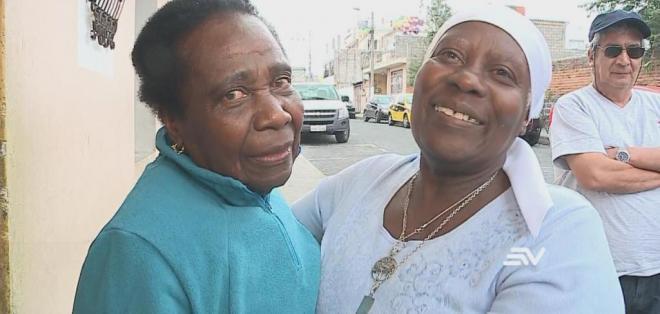 QUITO, Ecuador.- Elvira y Emérita Medina Caicedo no se veían desde 1975.  Foto: Captura Video.