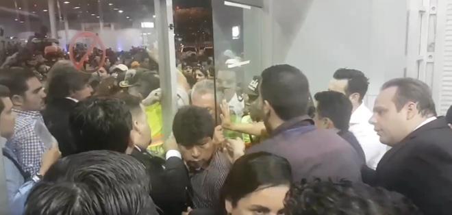 GUAYAQUIl, Ecuador.- En un clip colgado en la cuenta del usuario Alfonso Albán se observa parte del incidente. Foto: Captura Video.