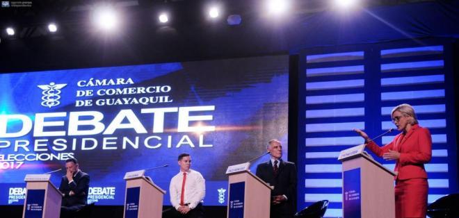 GUAYAQUIL, Ecuador.- Los aspirantes estuvieron acompañados de algunos de sus seguidores, quienes interrumpían con aplausos o gritos algunos momentos del debate. Foto: API