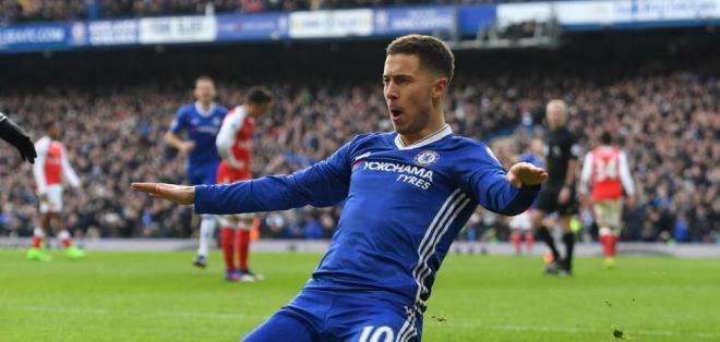 El belga Eden Hazard marcó en la victoria del Chelsea sobre Arsenal en Premier League.