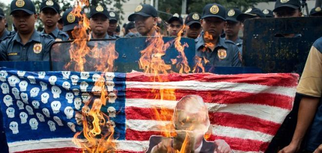 """Los manifestantes llevaban pancartas pidiendo la """"muerte"""" de Estados Unidos. Foto: AFP"""