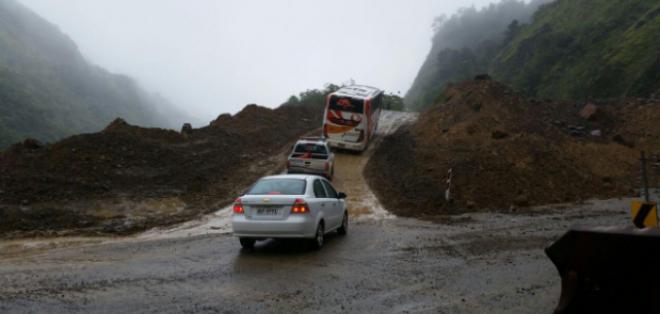 Autoridades informan que solo se habilitó un paso alterno en el Km 88 de la carretera Cuenca-Molleturo. Foto: Twitter del MTOP.