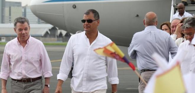 El Presidente colombiano Juan Manuel Santos (Izq) arribó a Guayaquil hoy por la mañana para el V Gabinete Binacional. Foto: Flickr Presidencia de Ecuador