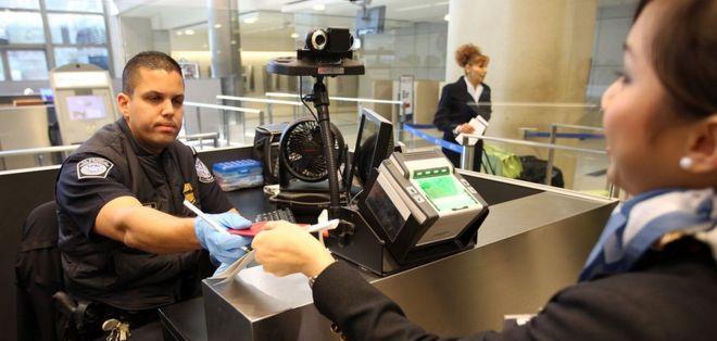 La revisión de dispositivos electrónicos ocurre una vez que un extranjero pasa por el control de pasaportes y visas.