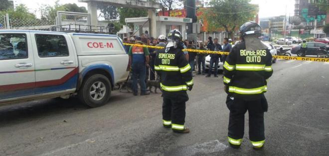 QUITO, Ecuador.- Equipos de prevención y respuesta del Municipio establecieron un perímetro de seguridad por amenaza de bomba en el norte de Quito. Foto: Twitter