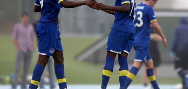 El ecuatoriano (d.) felicita a Arouna Koné quien fue el autor de otro de los goles. Foto: Tomada de la cuenta Twitter @Everton