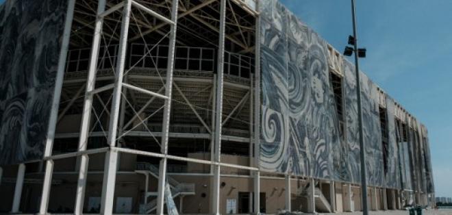 La cobertura exterior del estadio acuático olímpico se cae de a poco tras estar si uso. Foto: AFP
