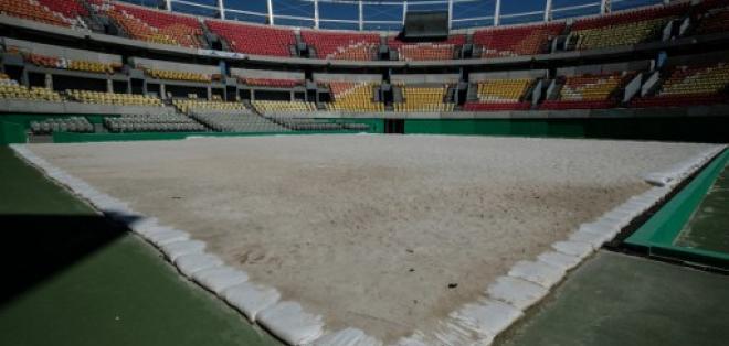 Así se ve la cancha de tenis del parque olímpico que fue cubierta de arena para usarla en el volley de playa. Foto: AFP