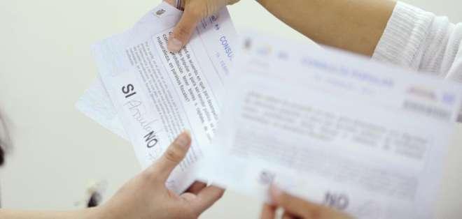 QUITO, Ecuador.- Del 16,2% de actas escrutadas, el 55.09% votó a favor de la consulta popular. Foto: API.