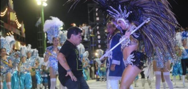 Diego Armando Maradona fue a atracción en el carnaval de Corrientes, en Argentina.