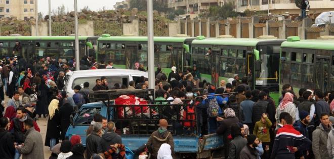 Se realiza evacuación en el último bAFPastión de Homs, ubicado en centro de Siria. Foto: AFP