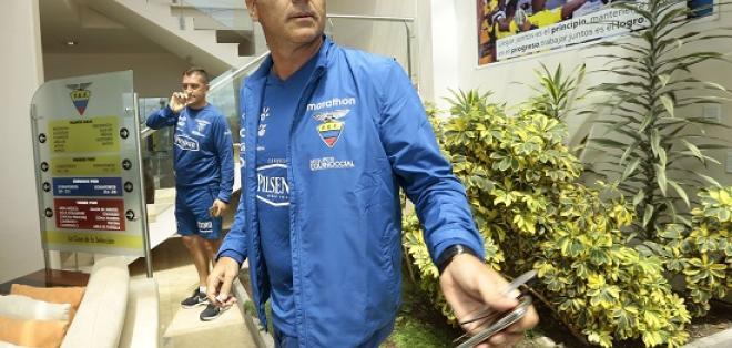 El DT Gustavo Quinteros encabezó la delegación de la selección que viajó a Paraguay.