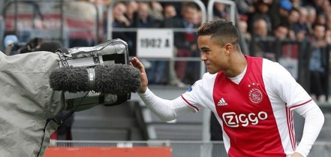 Justin Kluivert, con 17 años, marca su primer gol en el torneo holandés con el Ajax.