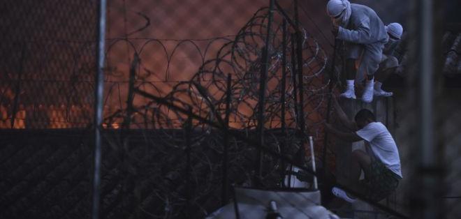 Más de 40 menores internos, integrantes de la pandilla Barrio 18, golpearon a 4 celadores.
