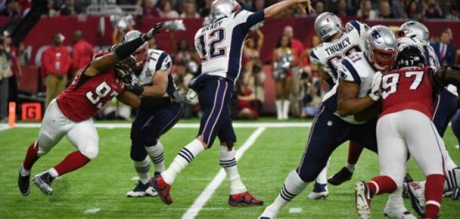 Tom Brady (c.) ofreció una recompensa por recuperar la camiseta que usó en el Super Bowl LI. Foto: AFP