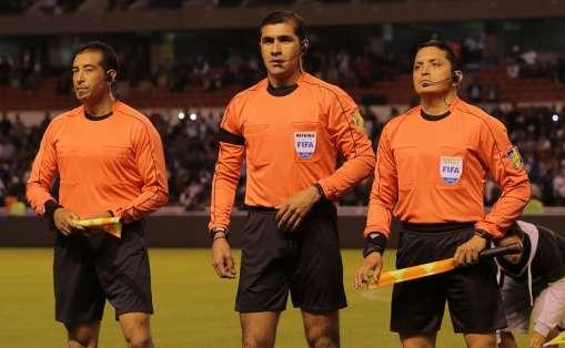 Roddy Zambrano (c.) es catalogado como el mejor árbitro nacional. Foto: Tomada de la ecuafutbol.org