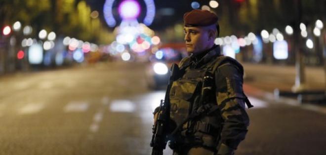 Un fuerte contingente policial y militar se desplegó hasta la zona turística de París, tras el tiroteo. Foto: AFP