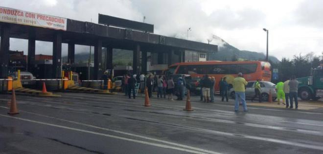 Un grupo de transportistas bloqueó la vía Alóag-Santo Domingo en rechazo al nuevo peaje. Foto: ECU 911 Quito