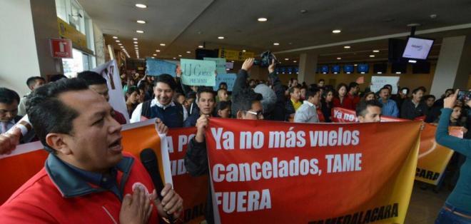 Los manifestantes se concentraron en las oficinas de la aerolínea. Foto: API
