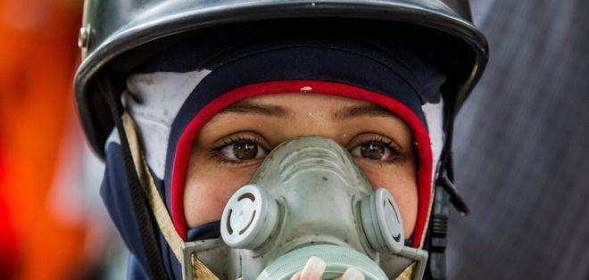 Los manifestantes de oposición acuden a las marchas con máscaras y pañuelos para combatir los gases lacrimógenos.