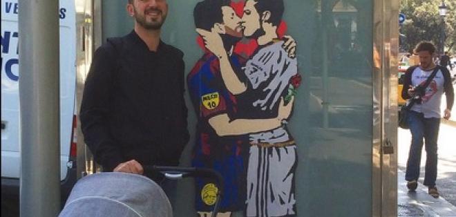 La obra está plasmada en una parada de bus de la avenida Paseo de Gracia en Barcelona. Foto: Tomada de la cuenta Twitter @tvboystudio