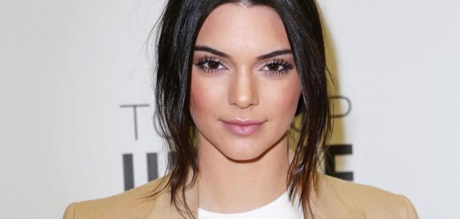 Durante su adolescencia, la modelo había notado que su padre ocultaba cosas.