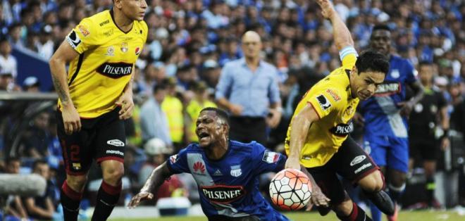Matías Oyola (d.) salió lesionado del clásico del astillero jugado el pasado domingo. Foto: API