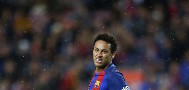 Neymar aún debe cumplir dos fechas de suspensión por la expulsión en el partido ante el Málaga. Foto: AP
