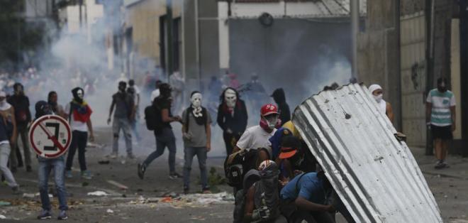 Bombas lacrimógenas eran lanzadas por la policía, que buscaba hacer retroceder a la gente. Foto: AP