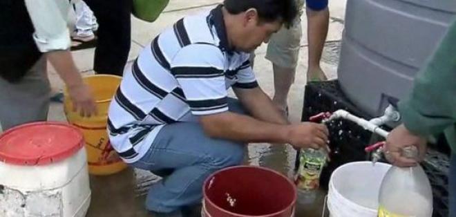 SANTIAGO, Chile.- La falta de agua obligó al cierre de centros educativos y comercios de la capital chilena. Foto: Agencias