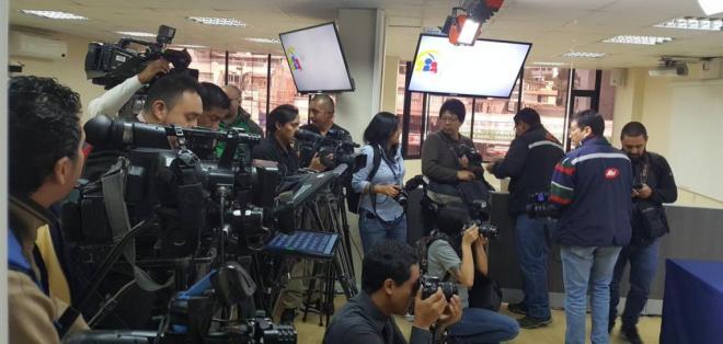 QUITO, Ecuador.- Los medios de prensa fueron sancionados por omitir información de la revista argentina Página 12. Foto: API