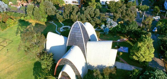 El más emblemático edificio religioso moderno de arcos parabólicos de Bogotá es la capilla de los Santos Apóstoles, del colegio Gimnasio Moderno, obra del arquitecto Juvenal Moya.