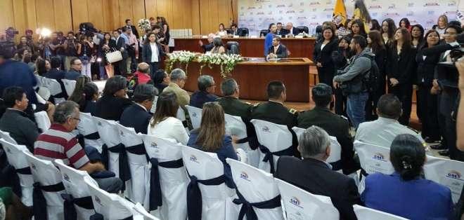 QUITO, Ecuador.- En las instalaciones de la delegación electoral de Pichincha, el pleno del CNE entregó las credenciales a los 16 asambleístas electos en esa provincia. Foto: CNE