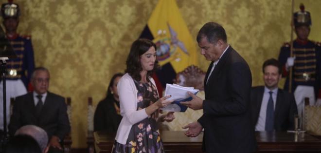 QUITO, Ecuador.- El presidente de la República, Rafael Correa, recibió un informe sobre los Tratados Bilaterales de Inversión (TBIs) por parte de la comisión de auditoría. Foto: API