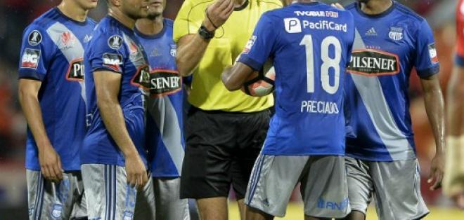 El árbitro Daniel Fedorzuck anuló el gol tras conversar con su asistente. Foto: AFP