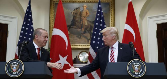 WASHINGTON, EE.UU.- Los dos dirigentes pusieron momentáneamente de lado las diferencias para renovar el apoyo a una alianza fundamental entre la OTAN y Turquía. Foto: AP.