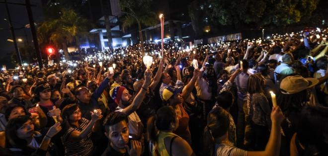 """Manifestantes encendieron un """"globo del deseo"""" por cada uno de los fallecidos. Foto: AFP"""