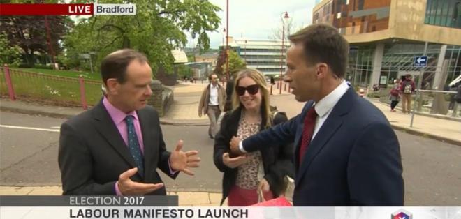 Ben Brown estaba entrevistando al editor político de la BBC, Norman Smith. Foto: Captura de pantalla.