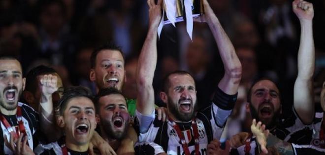 Giorgio Chiellini (c.) levantó el trofeo de campéon de la Copa Italia. Foto: AFP