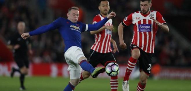 Wayne Rooney (i.) fue titular y jugó todo el partido ante el Southampton. Foto: AFP