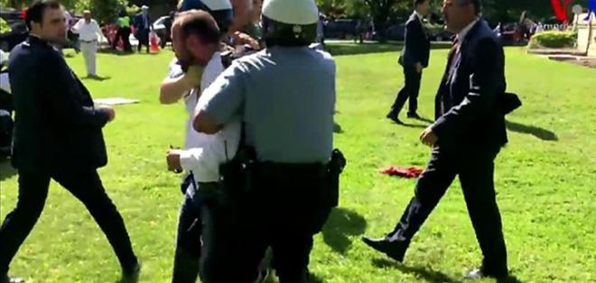 Los partidarios y opositores del presidente Erdogan se enfrentaron fuera de la residencia del embajador turco en Washington D.C. (Las imágenes de este video contienen violencia).