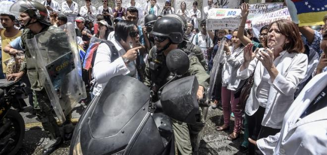 VENEZUELA.- Decenas de efectivos llegaron a Táchira (frontera oeste con Colombia), donde la noche del miércoles se registraban nuevos saqueos. Foto: AFP