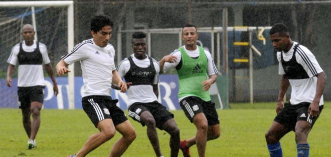 Ángel Mena (i.) está de vacaciones en Guayaquil y entrenó con Emelec. Foto: API