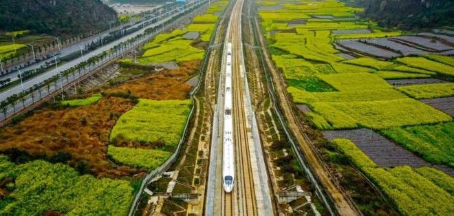 La antigua Ruta de la Seda unió comercial y culturalmente a Oriente y Occidente hace 2.000 años. China la quiere revivir con proyectos como este tren de alta velocidad.