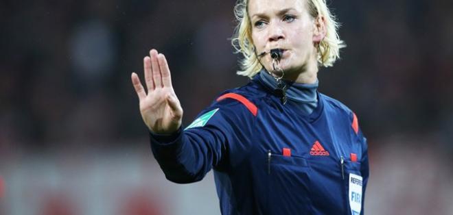 La alemana Bibiana Steinhaus se encuentra entre los 24 árbitros seleccionados para la próxima temporada de la Bundesliga.